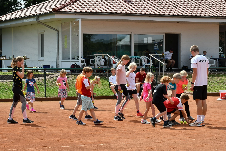 Es ist viel los auf der Anlage des TV Holdorf: Auch beim Schnuppertraining im Sommer waren 30 Kids dabei. Archivfoto: Vollmer