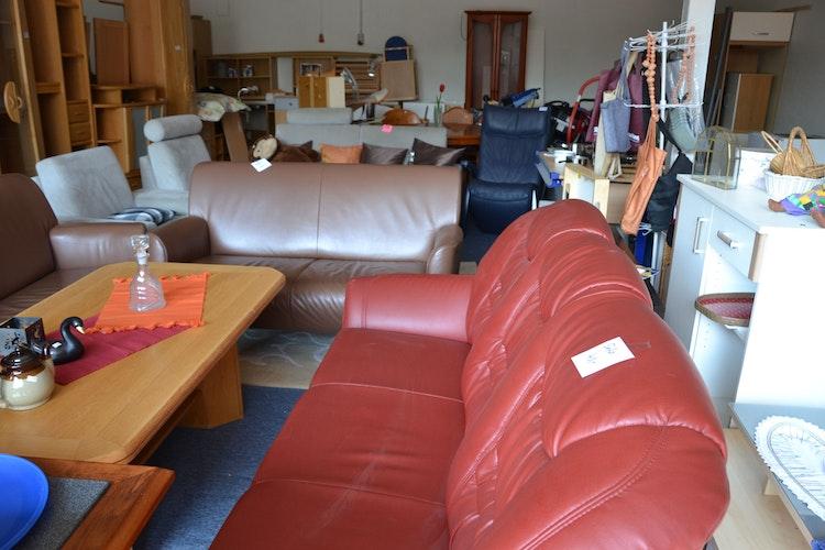 Gut erhalten: Die Ehrenamtlichen schauen sich die Möbel sorgsam an. Als Entsorgungsmöglichkeit sehen sie ihre Möbelei nicht. Trotzdem müssen auch sie hin und wieder etwas wegwerfen.