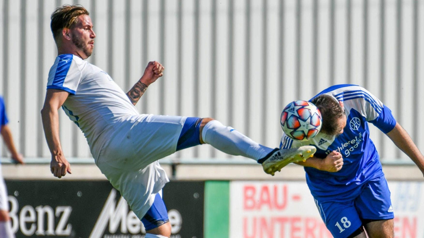 Kampf um den Ball: Kevin Tanke von BW Lohne III (links) im Duell mit Dennis Bojarkin vom SV Holdorf II.&nbsp; Foto: Wenzel <br>