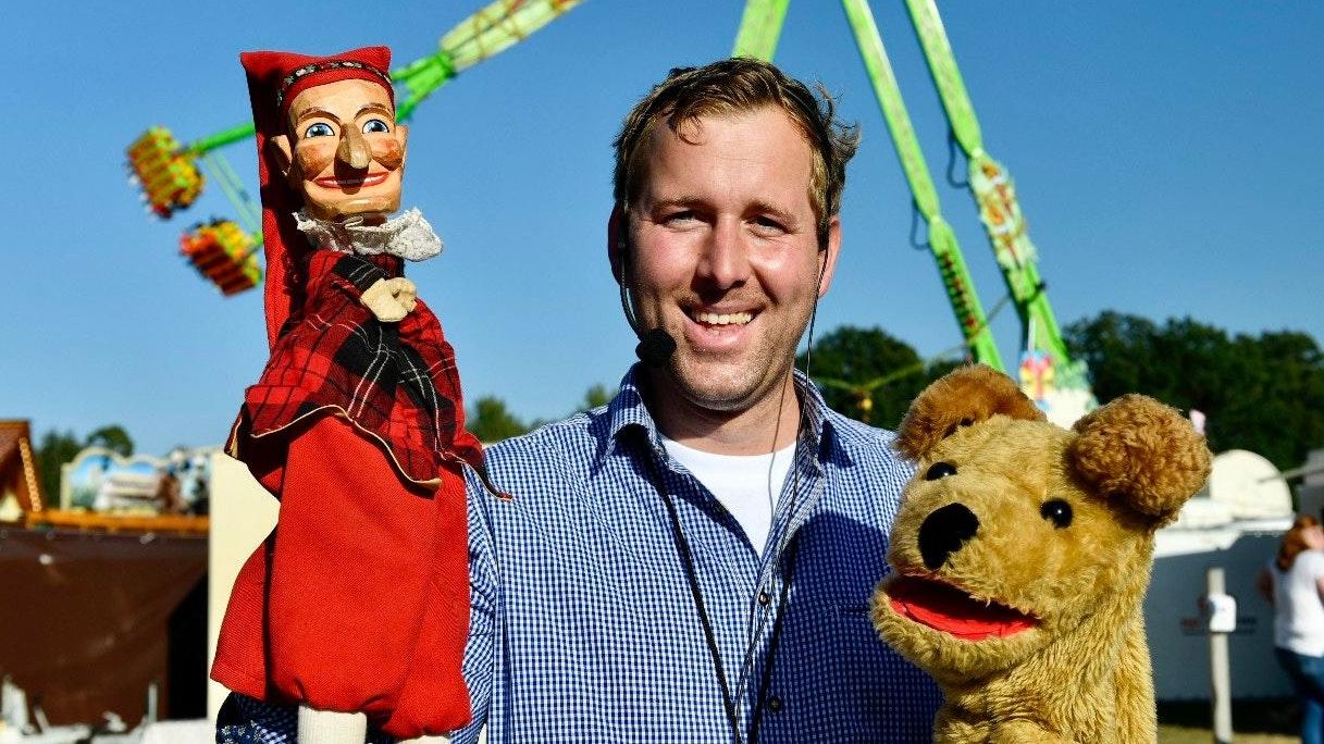 Mit den Lieblingsfiguren seiner Besucher: Anton Lemoine mit Kasper und Wuschel. Foto: M. Niehues