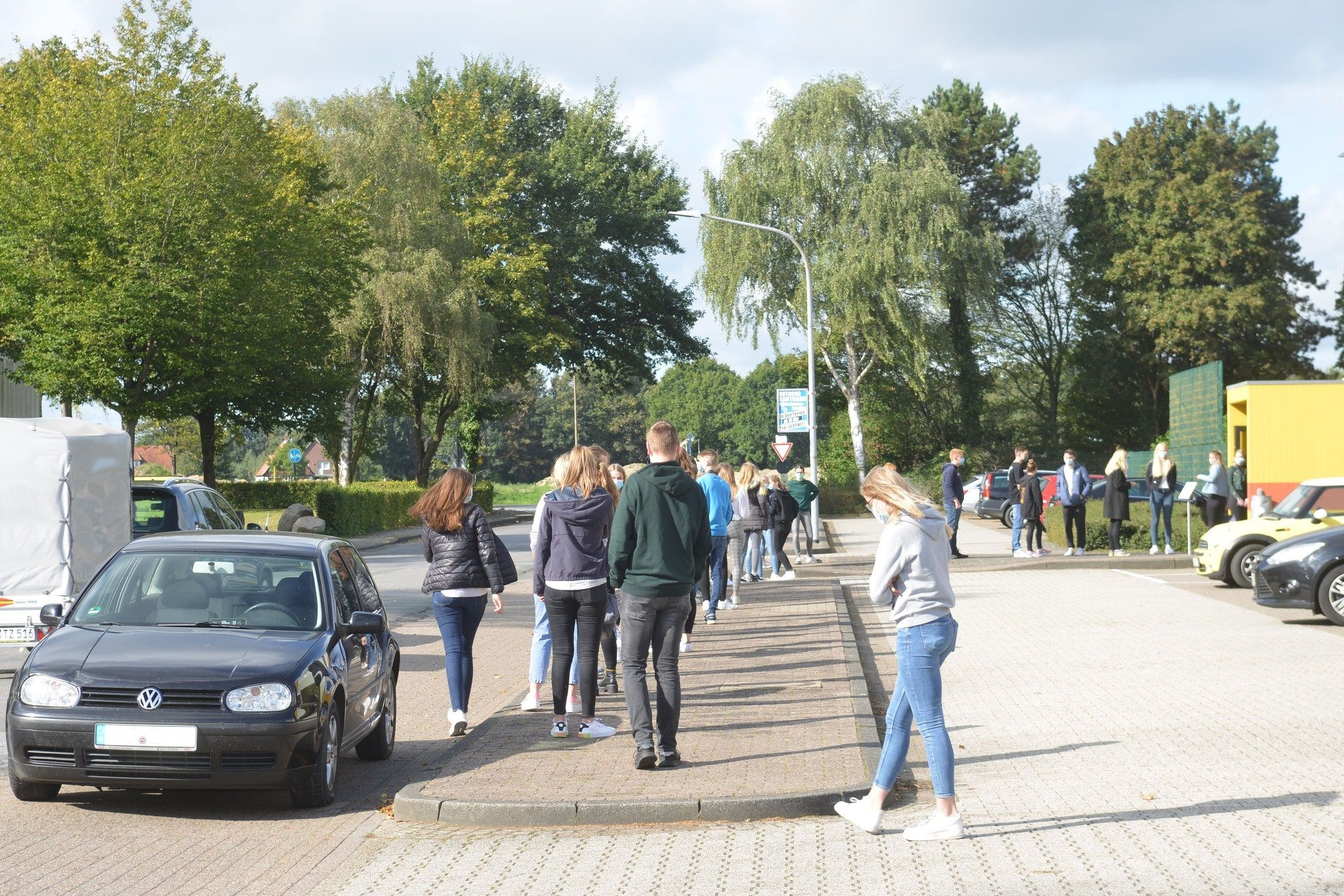 Lange Schlange: Auch am Donnerstag wurden zahlreiche Schüler in Löningen getestet. Foto: Siemer