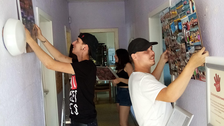 Packen selbst mit an: Die Jugendlichen bereiten den Löninger Jugendtreff für die Malerarbeiten vor. Foto: Schadwinkel