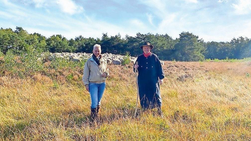 In der Heide: MdB Silvia Breher schaute sich zusammen mit dem Thüler Schäfer Gerd Preut bei den Heidschnucken um. Foto: Passmann