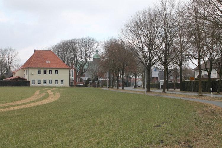 Historischer Platz: Am Dorfrand von Bethen lagerten in der Karwoche 1945 rund 3000 Gefangene eines Todesmarsches. Foto: Gerdes