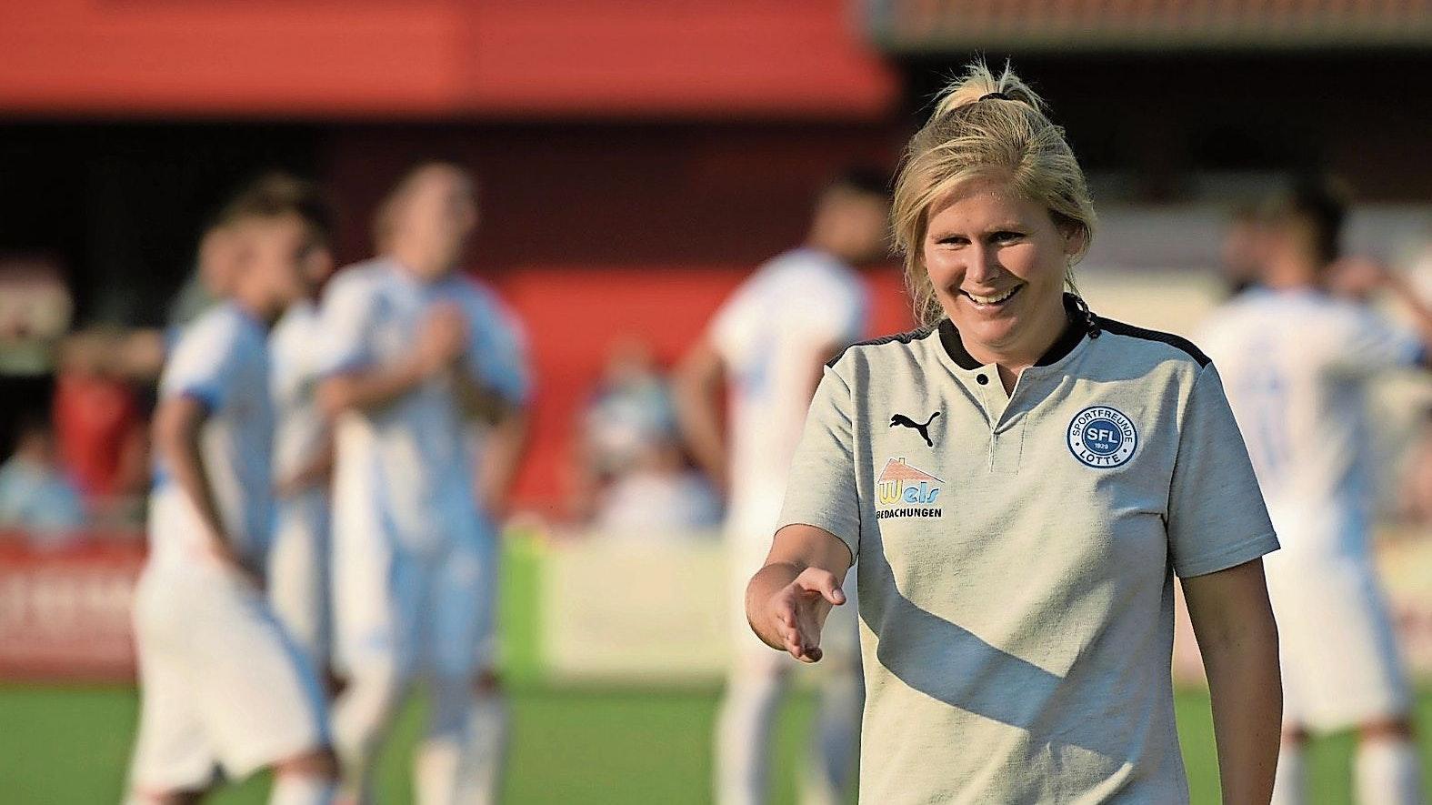 Freude an der neuen Aufgabe: Fußballlehrerin Imke Wübbenhorst hat sich als Trainerin bei den Sportfreunden Lotte in der Regionalliga West gut eingelebt. Foto: Frank Diederich