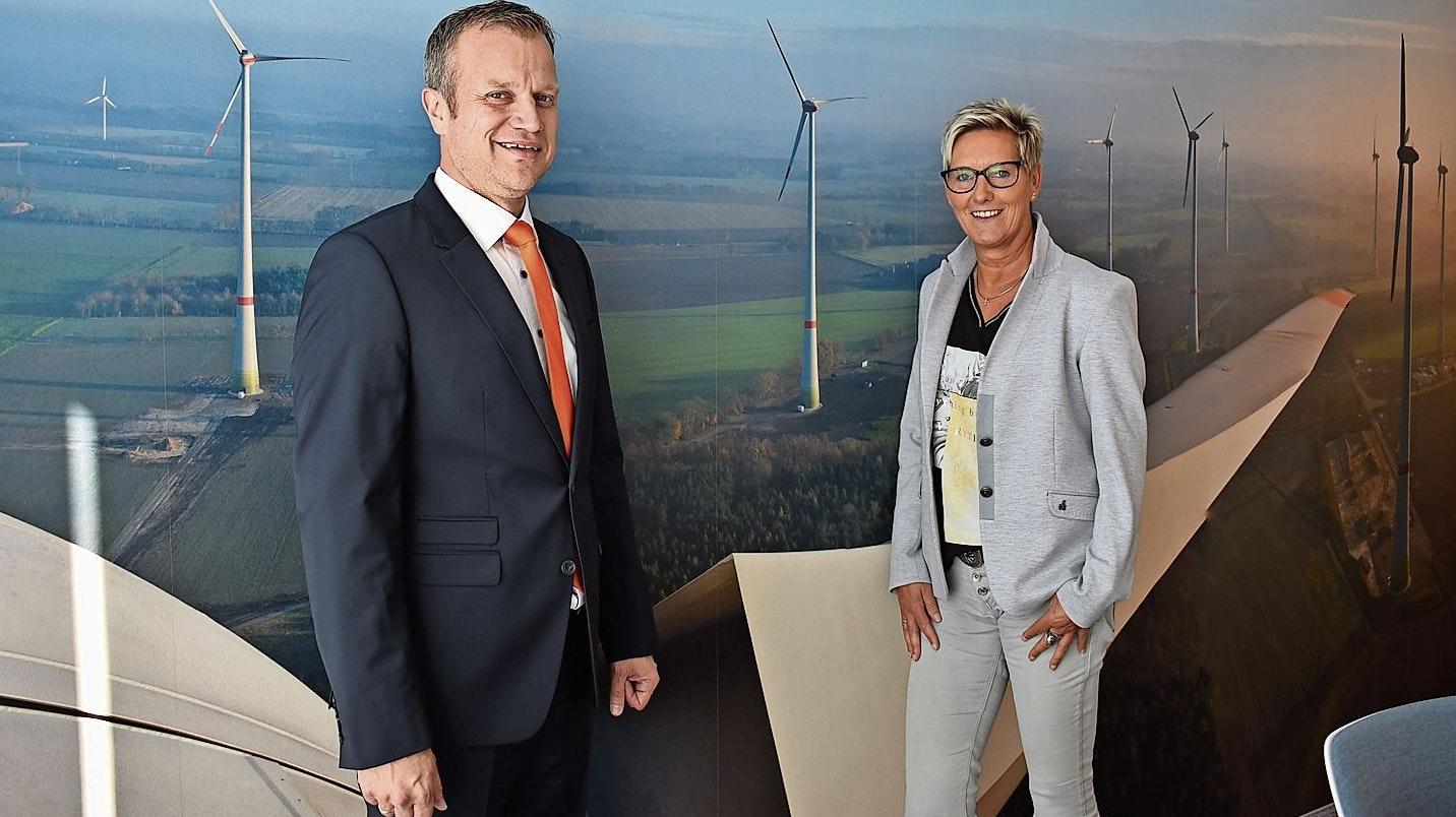 Gutes Ergebnis: Geschäftsführer Andreas Wegmann und Mitarbeiterin Karin Runden präsentierten den Jahresbericht 2019 des Energieparks Garrel.  Foto: Looschen