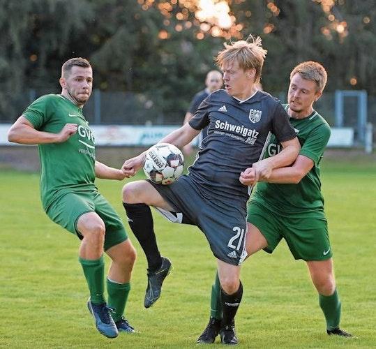 Erfahrener Mann: Keven Oltmer (Mitte) überzeugte im Pokalspiel beim BV Garrel, das Hansa mit 2:0 gewann. Foto: Langosch
