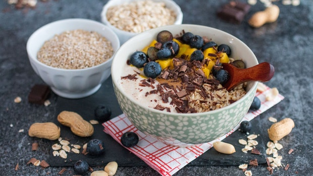 Rezept: Hafer-Erdnuss-Schoko-Bowl mit Früchten