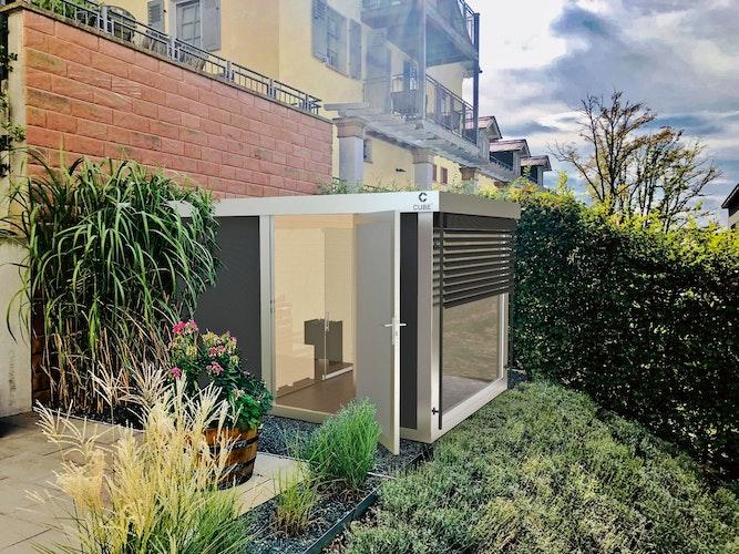 Die innere Glasfront der Gartensauna, kombiniert mit einer äußeren Glasfassade, verschafft uns beim Saunieren einen freien Blick auf unser heimisches Grün. Foto: eprCube fx