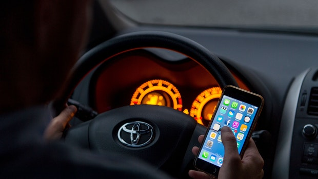 Handy am Steuer: Unfall nur knapp verhindert