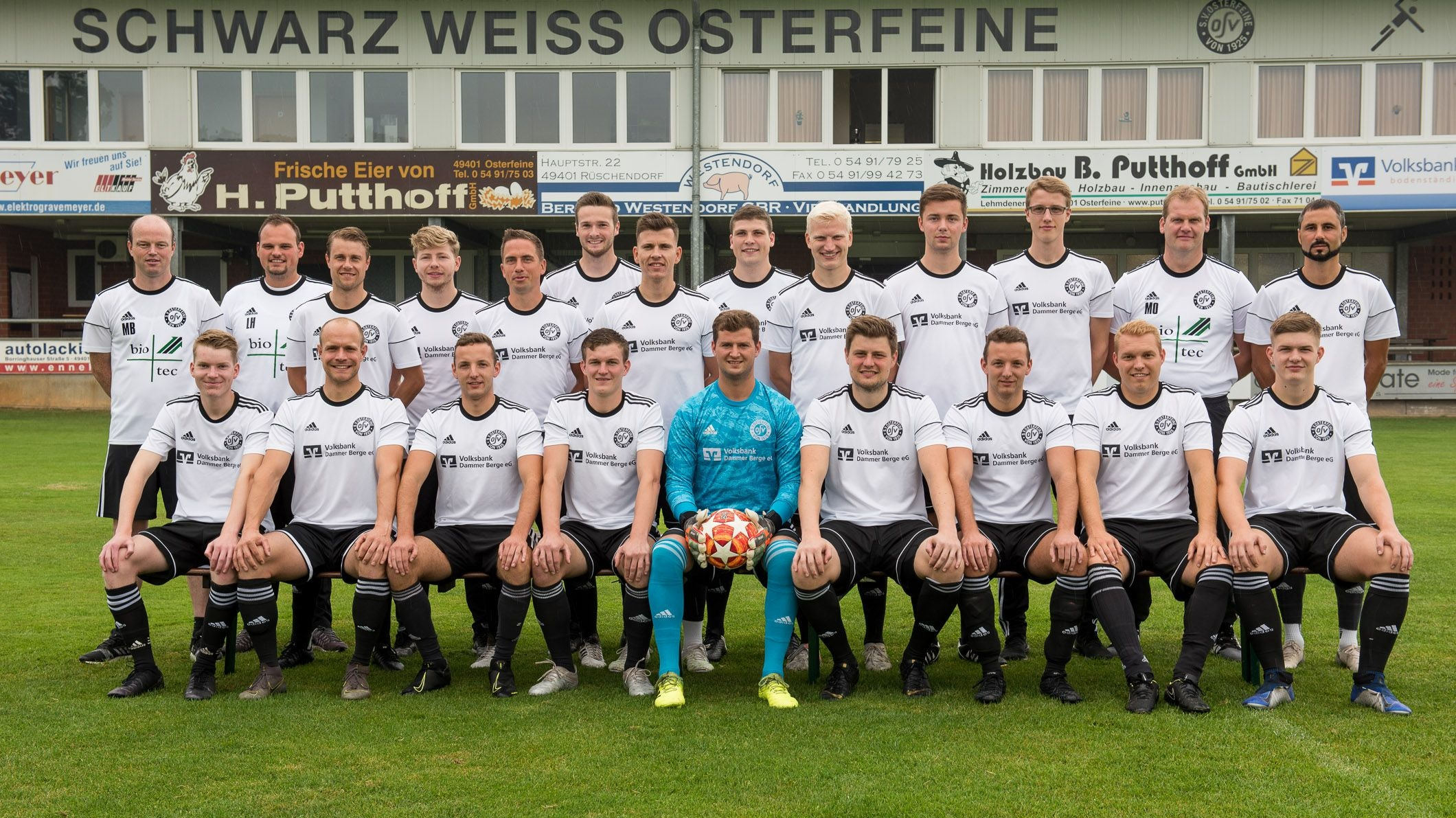 SW Osterfeine: Hinten von links Co-Trainer Michael Bergmann, Betreuer Lukas Harpenau, Christian Hegerfeld, Julian Stöppelmann, Christian Schiffbänker, Steffen Kreymborg, Patrick Ihorst, Freddy Lampe, Felix Piening, Erik Schulte, Lukas Selke, Teammanager und Torwarttrainer Marco Otte sowie Spielertrainer Mehmet Koc; vorne von links Maximilian bei der Hake, Jan Schomaker, Lukas Decker, Florian Fangmann, Max Schallau, Florian Markus, Johannes Decker, Philipp Rusche und Steffen Wehri. Foto: Wenzel