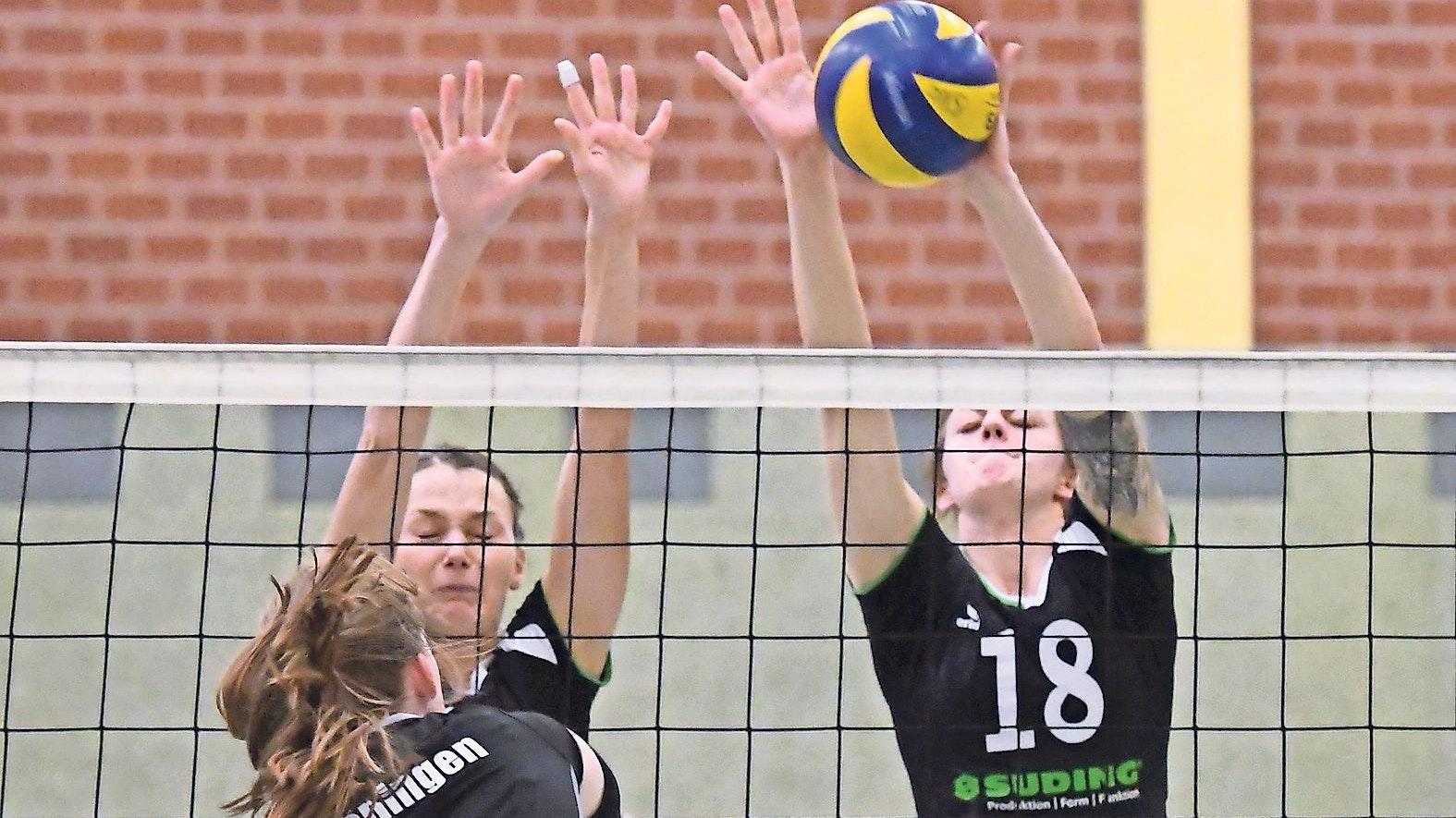 Derby: Das kreisinterne Kräftemessen zwischen dem SV Cappeln (rechts: Judith Theilmann neben Hannah Thunert) gegen Löningen (hier Carina Blankmann) gibt es in dieser Saison nur  im Pokal. In der Verbandsliga spielen die Teams in verschiedenen Staffeln. Foto: Wulfers