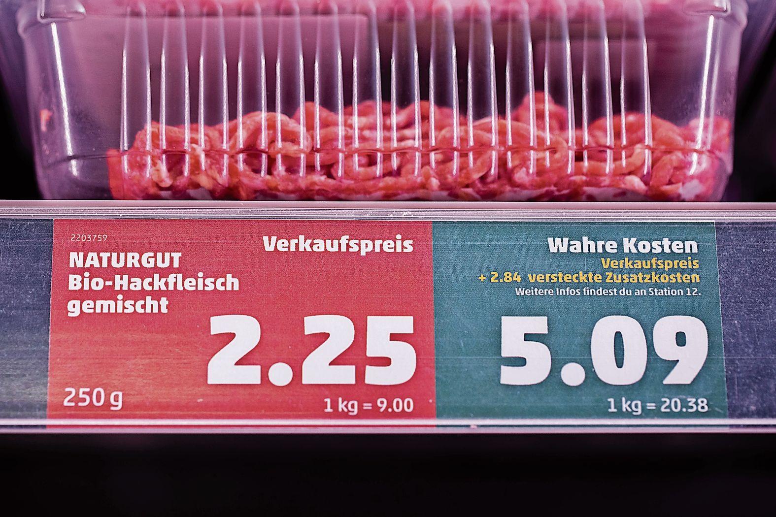 """Doppelter Preis: Der Discounter Penny schildert die """"wahren Kosten"""" zurzeit in einem Berliner Geschäft aus. Foto: dpa"""