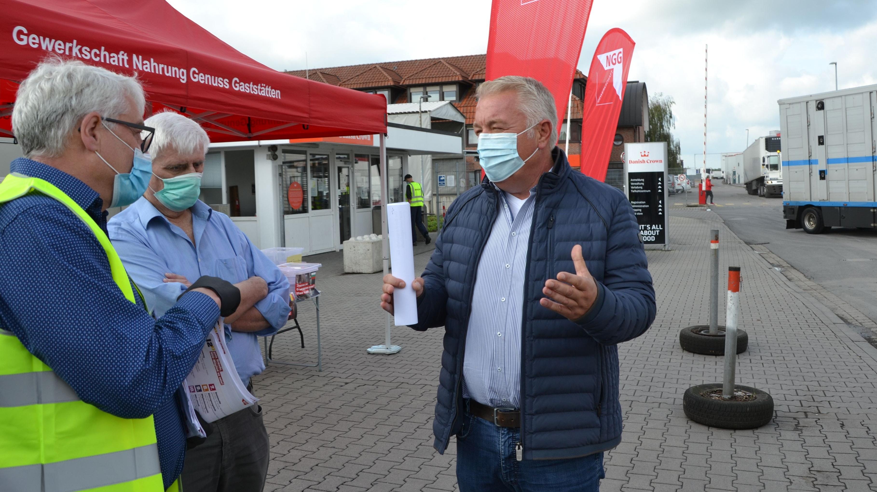 Nicht  nur einer Meinung: NGG-Sekretär Matthias Brümmer (links) und MdL Christoph Eilers (rechts) diskutieren  in Essen, wie sich die Verhältnisse in der Fleischbranche verbessern lassen. Foto: Meyer
