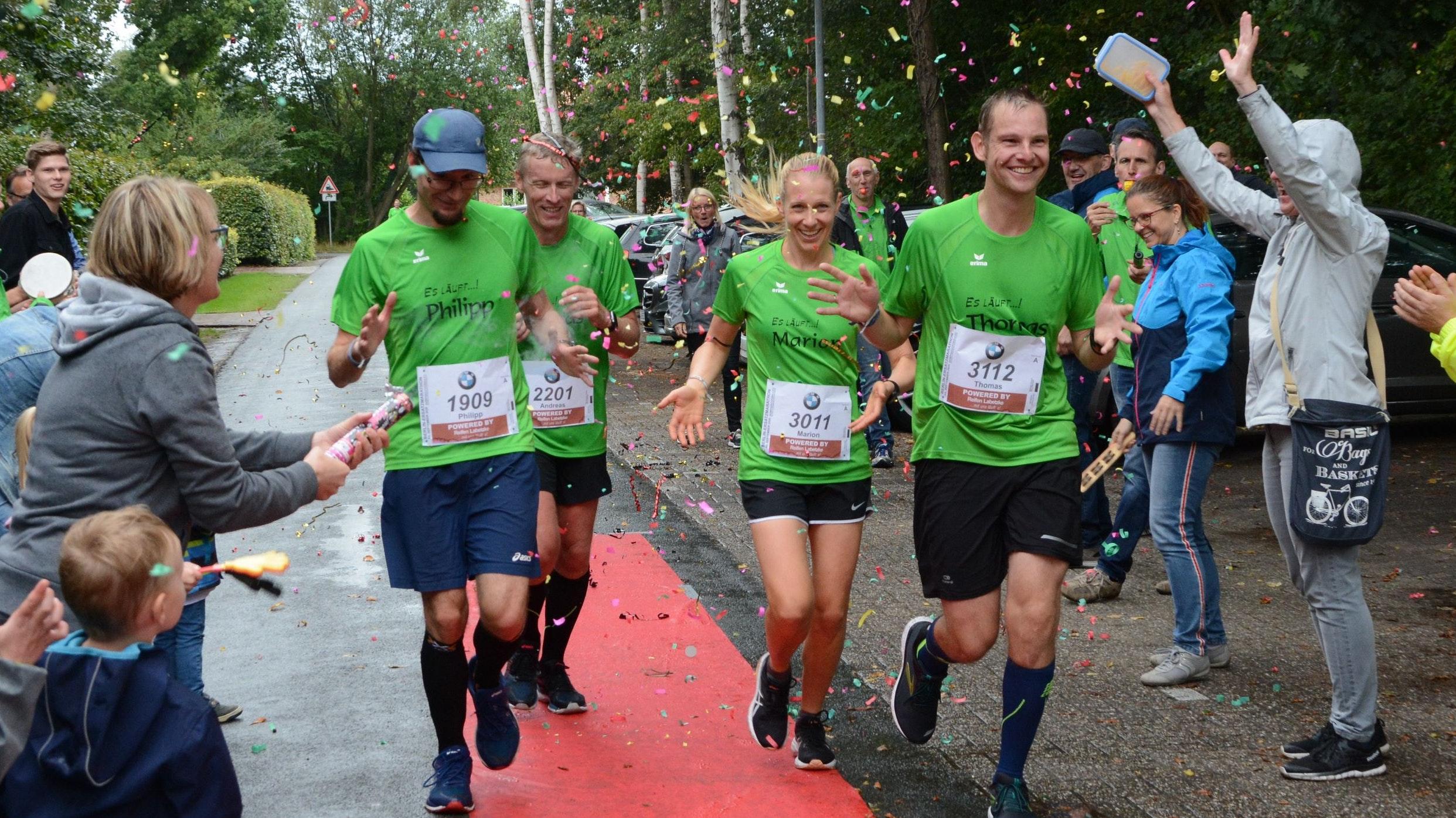 Zieleinlauf: Philipp Laux, und Andreas Behrenswerth, Marion Müller und Thomas Mathlage (von links). Foto: Hermes