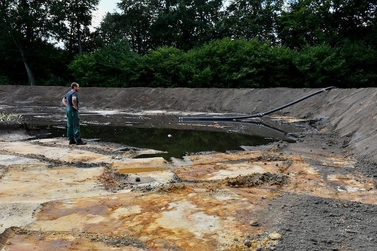 Kontrollblick: Noch ist das vom Lohner Unternehmen Averdam hergestellte Schlamm- Auffangbecken längst nicht gefüllt. Das wird sich in den nächsten Wochen ändern. Foto: Vollmer