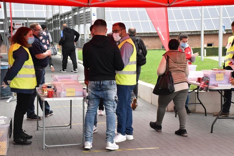 Informationsbedarf: Wiesenhof-Mitarbeiter und Gewerkschaftsvertreter im Dialog. Foto: Berg