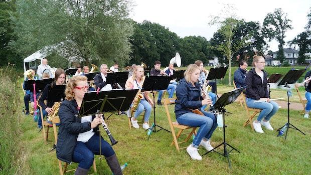 Musiker konzertieren am Dorfteich