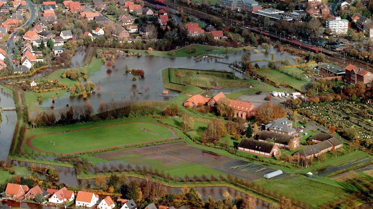 Land unter in Vechta: Die Aufnahme vom Oktober 1998 zeigt, wie Teile der Stadt überschwemmt sind. Archivfoto: Kokenge