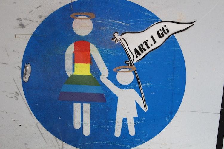 Hier dient das Verkehrsschild nicht als Leinwand, sondern das Symbol wird für die Botschaft genutzt. Foto:Heinzel
