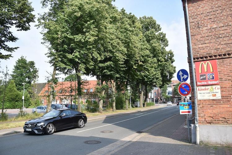 Im Bereich der Linden soll eine Be- und Entladezone entstehen, um die Verkehrssituation vor den Geschäftshäusern Römann und Kauver für Radfahrer und Fußgänger zu verbessern und sicherer zu machen. Foto: Timphaus