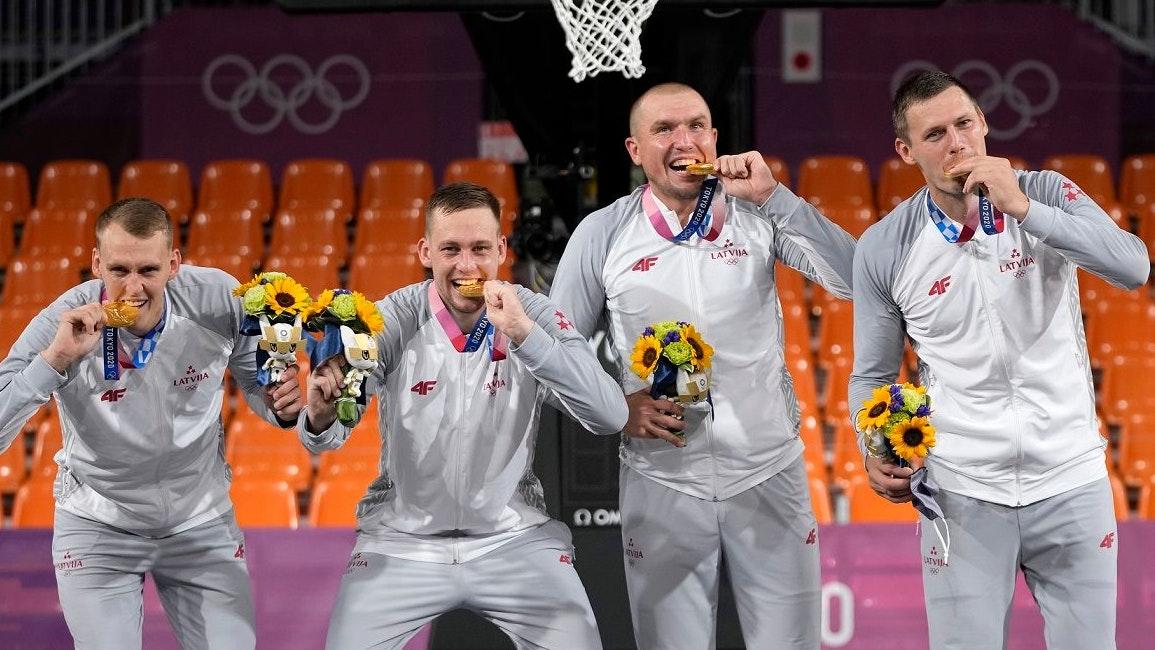 Gold in Tokio: Ex-Rasta-Spieler Karlis Lasmanis (2. von links) und seine Kollegen Nauris Miezis, Edgars Krumins und Agnis Cavars (von links) bei der Siegerehrung. Foto: dpa