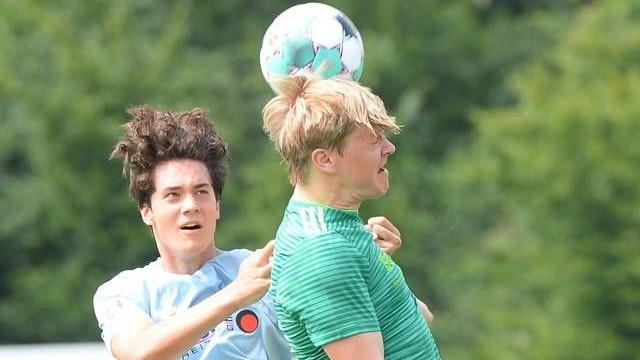 Pflichtsieg im Nachbarduell? Keven Oltmer (rechts) reist mit Hansa Friesoythe in der ersten Pokalrunde zum FC Sedelsberg. Foto: Langosch