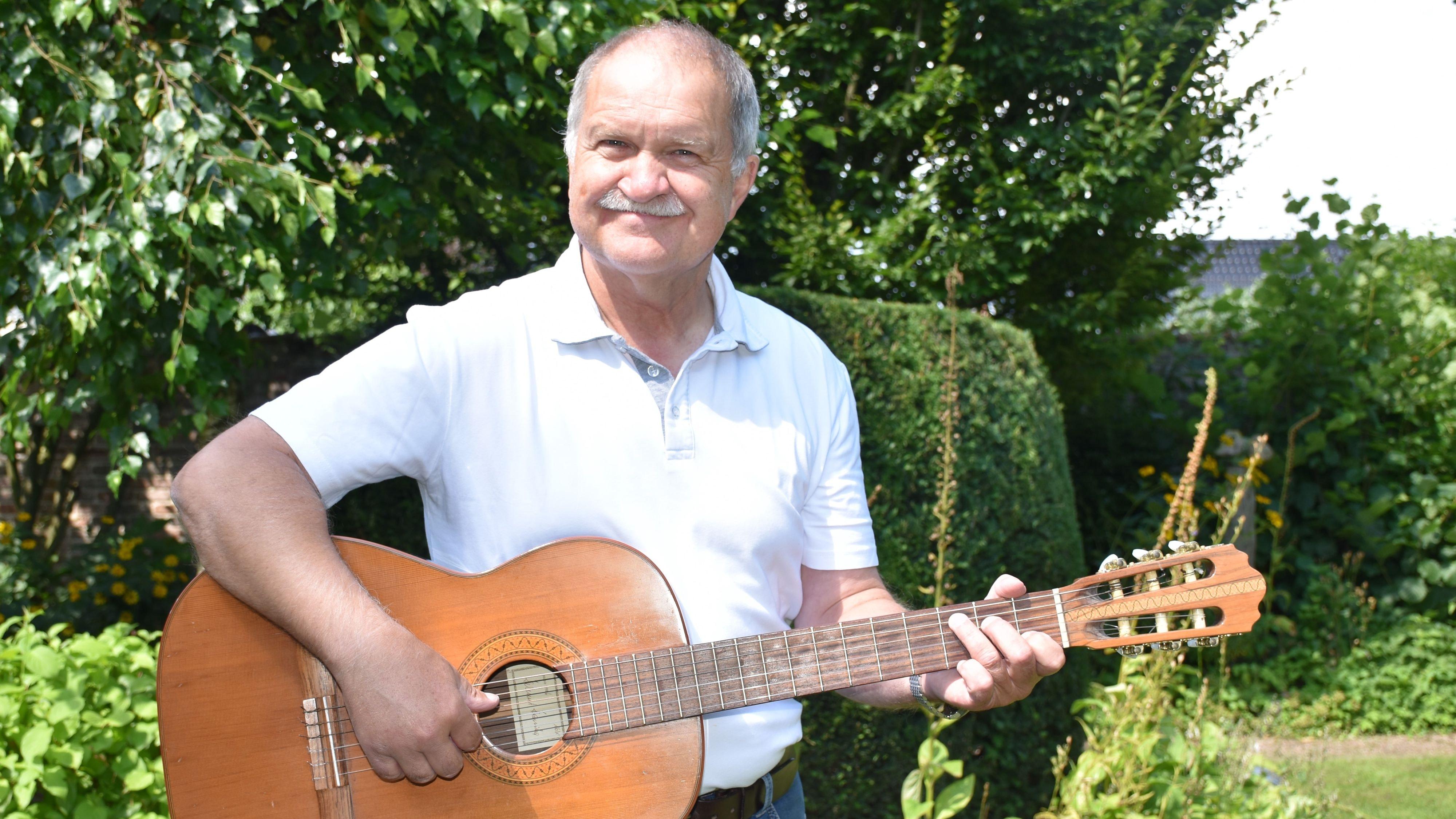 Mit der Gitarre in der Hand: So kennen vor allem die Dinklager Ludger Baumann als Frontmann von Kölsch & Klüngel. Foto: Böckmann
