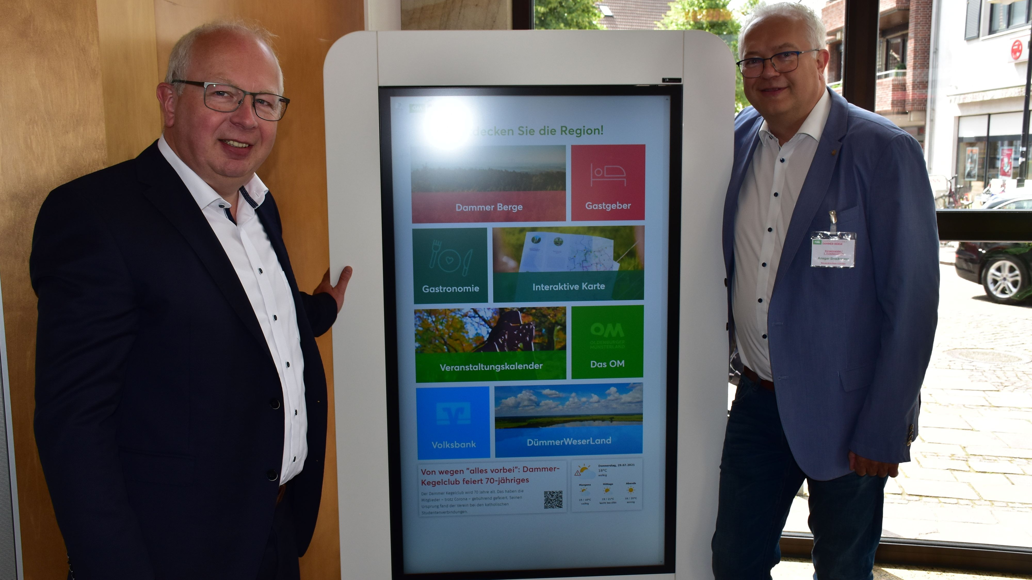 Modernste Technik: Thomas gr. Klönne (links) und Ansgar Brockmann sind von der Informations-Stele überzeugt. Foto: Lammert