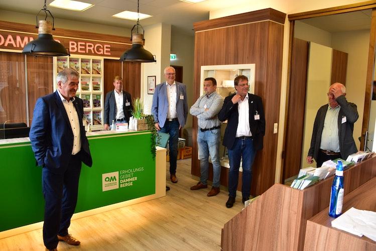 Neu gestaltete Geschäftsstelle: Bernd Stolle (2. von rechts) informierte über die Renovierung. Foto: Lammert