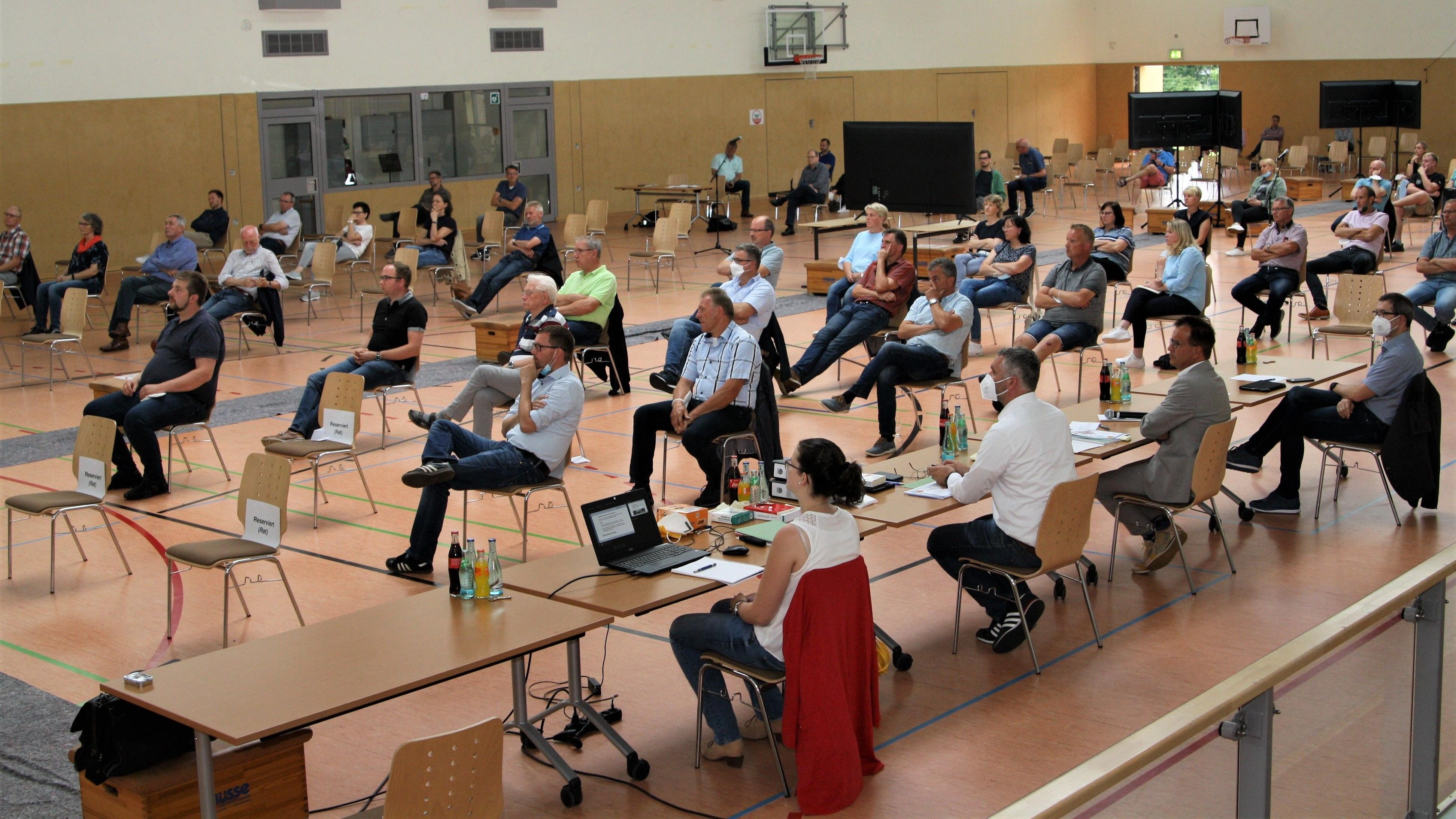 Heiß diskutiert: Etwa 80 Bürger verfolgten in der BiB-Arena die Ausführungen des Planers über die künftige Innenentwicklung der Gemeinde Bösel. Foto: Pille