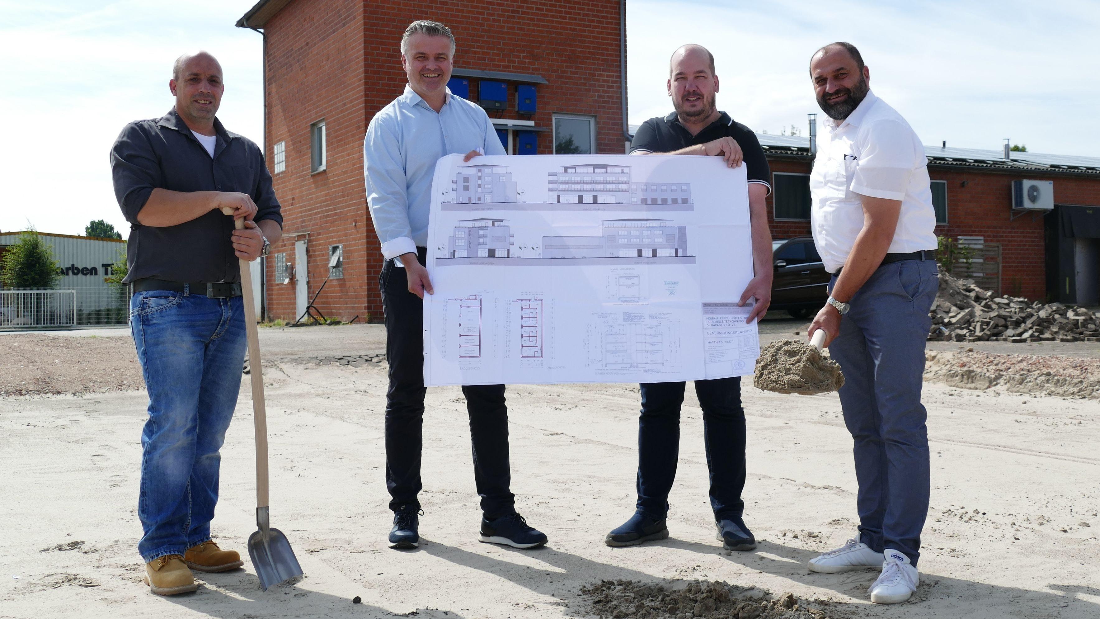 Baustart: Den ersten Spatenstich für den Hotelneubau an der Huntestraße vollzogen (von links) Bauunternehmer Markus Janßen, Architekt Frank von Garrel, Bauherr und Investor Matthias Bley und Bürgermeister Sven Stratmann.