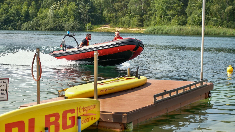 Neues Boot für die Wasserrettung: Bootsführer Carsten Weier (links) und Bootsführeranwärter Carsten Deters demonstrieren die Leistungsstärke auf dem Wasser im Notfall. Foto: Vollmer