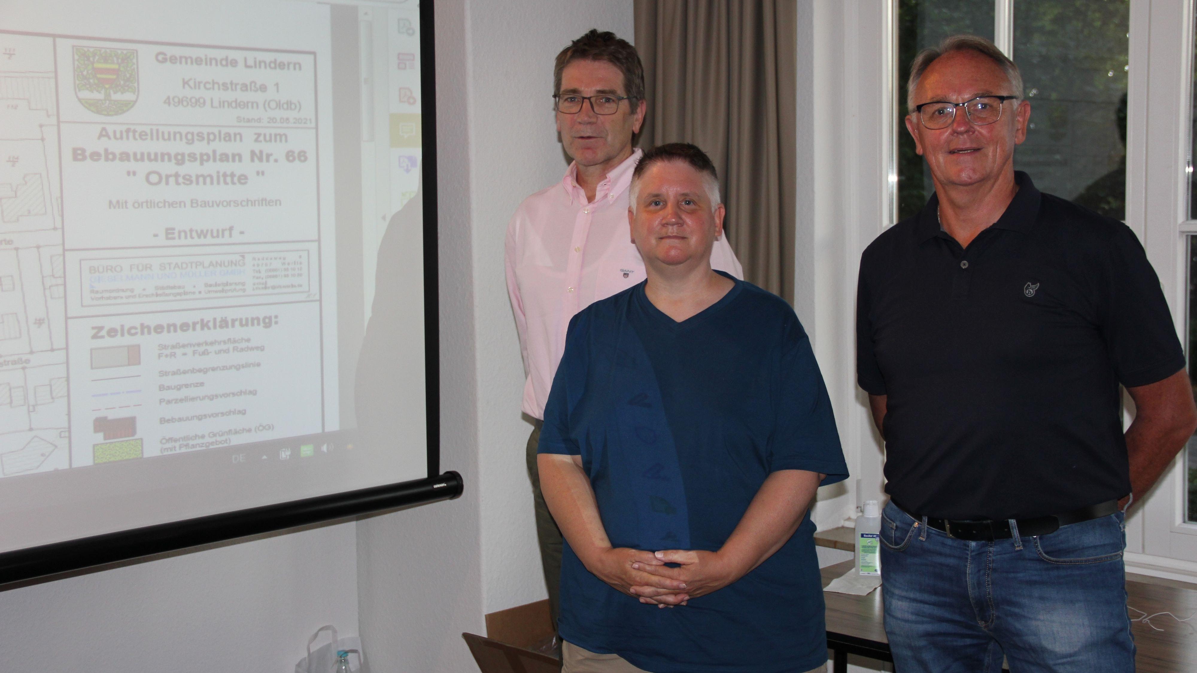 Informieren über die Ausgrabungen: (von links) Bauamtsleiter Thomas Lüken, Dr. phil. Daniela Nordholz und Helmut Künnen. Foto: Kock