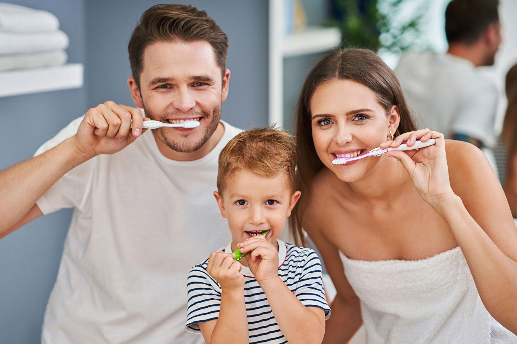 Bei der Zahnpflege mit der Zahnbürste sollte man auf eine sanfte, aber dennoch wirkungsvolle Zahncreme setzen. Zudem sollte sie kein weißendes Titandioxid mehr enthalten. Foto: djd/Aminomed/Panthermedia/macniak<br>