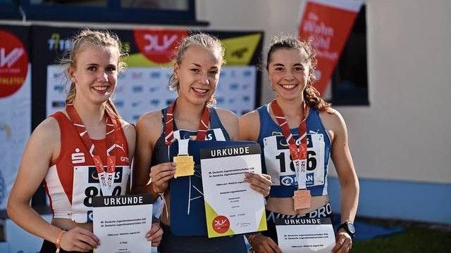 Auf dem Podest: Carolin Hinrichs (Mitte) setzte sich über 1500 Meter vor Ida Lefering (links) und Julia Rath durch. Foto: Armin Beyer