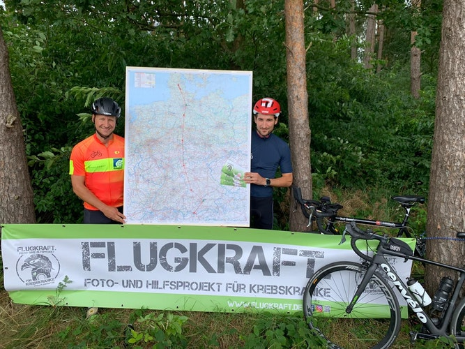 Eunmal durch die Republik: Bernd Eick und Jan-Frederic Buhr (rechts) machen sich gemeinsam auf den Weg. Das Flugkraft-Banner nehmen sie mit. Foto: von Lehmden