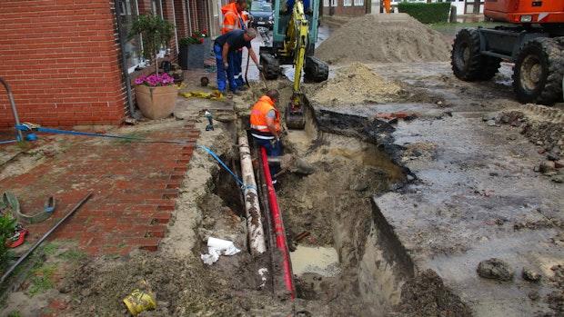 Rohrbruch setzt Straße in Essen unter Wasser