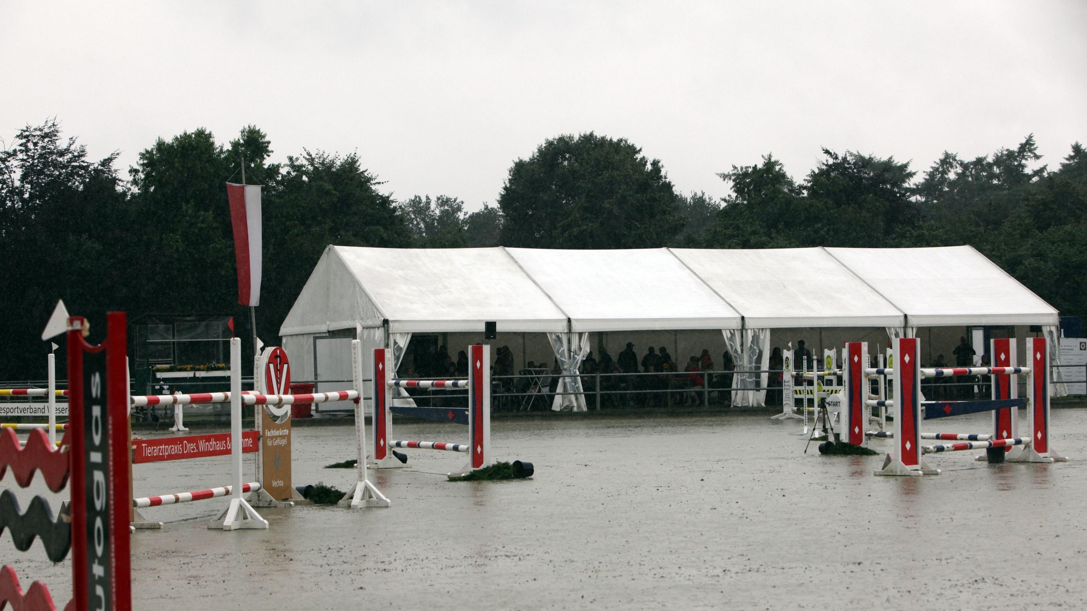Turnierplatz unter Wasser: An der Landeslehrstätte hatte der Starkregen Reitsport unmöglich gemacht. Foto: Schikora