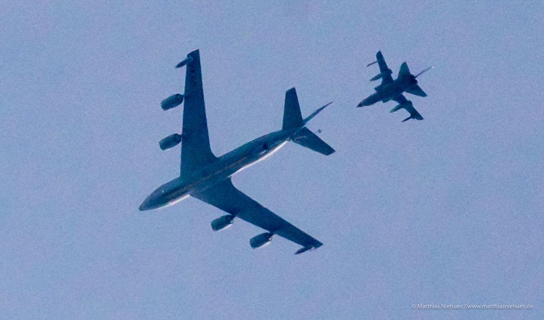 Andocken über Bakum: Am Montag um 10.06 Uhr nähert sich der Kampfjet dem Tankflugzeug, dann gelingt das Manöver in fast sechs Kilometern Höhe. Foto: M. Niehues