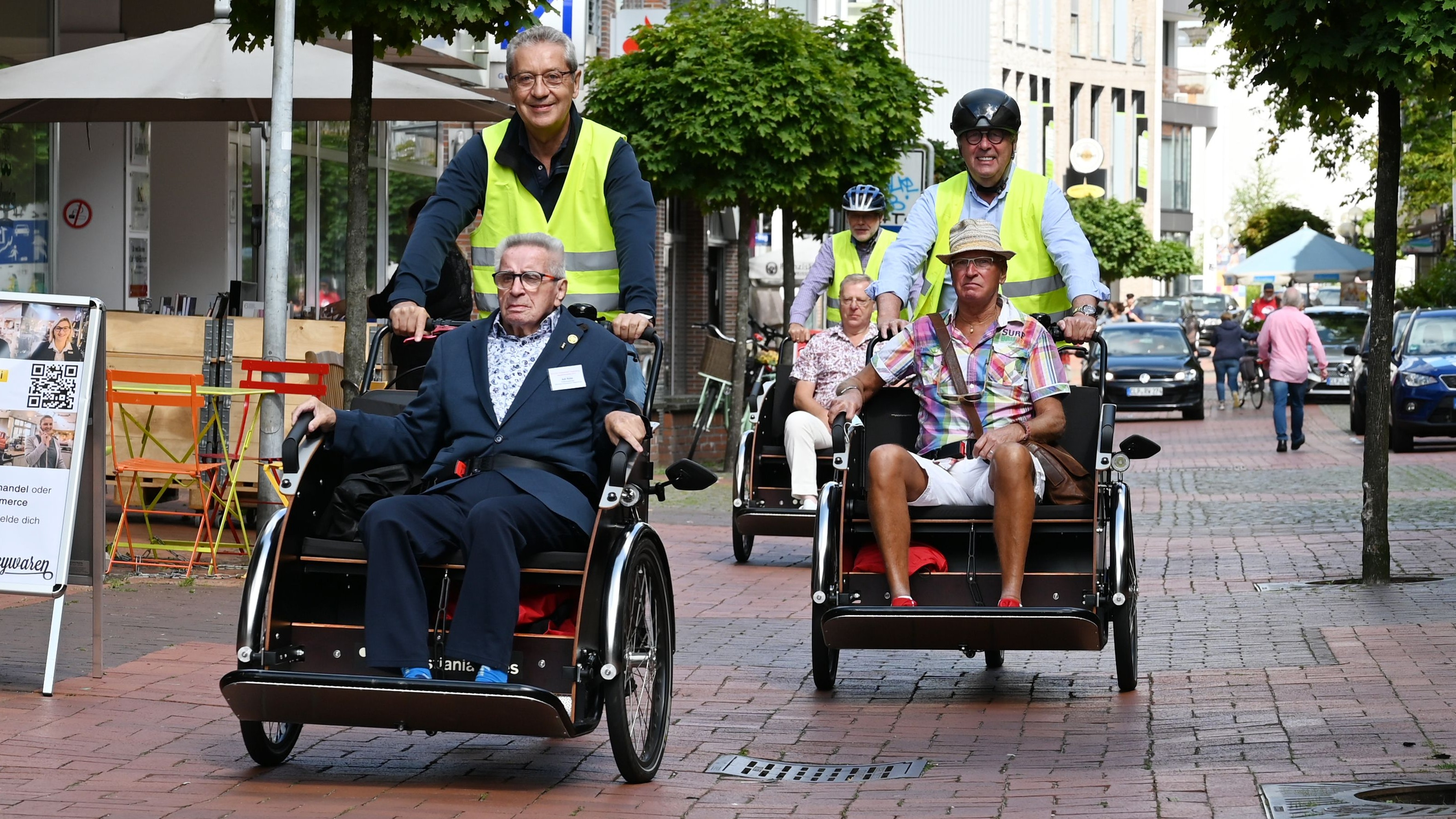 Mit der Rikscha durch Cloppenburg: Adi Röhr (vorne, links) hat am Dienstag seinen 80. Geburtstag gefeiert. Foto: Hermes