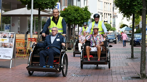 Zum Ehrentag: Mit der Rikscha durch Cloppenburg