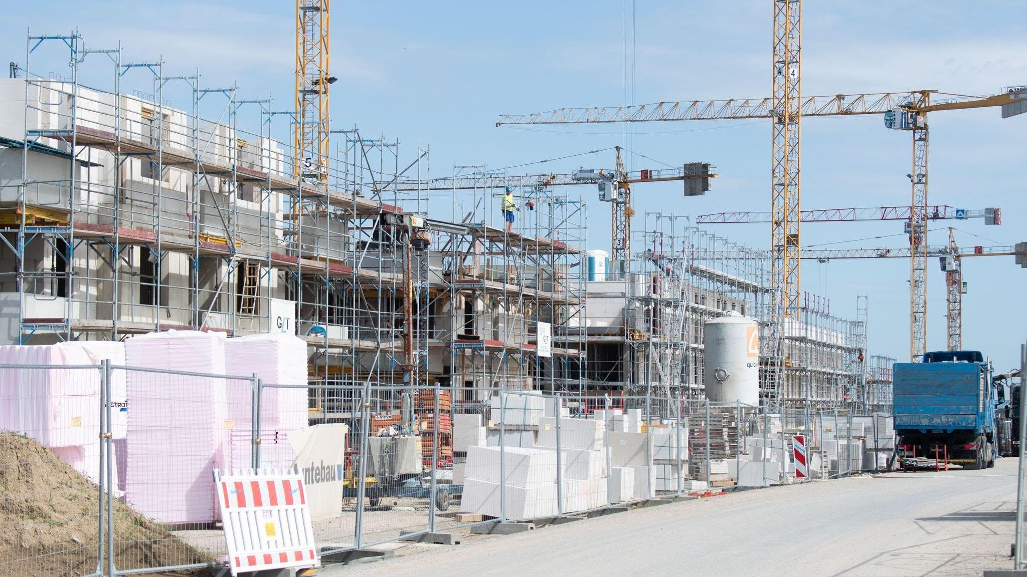 Knappe Rohstoffe: Viele Neubauten in Niedersachsen verzögern sich wegen Materialknappheit. Foto: dpa/Stratenschulte