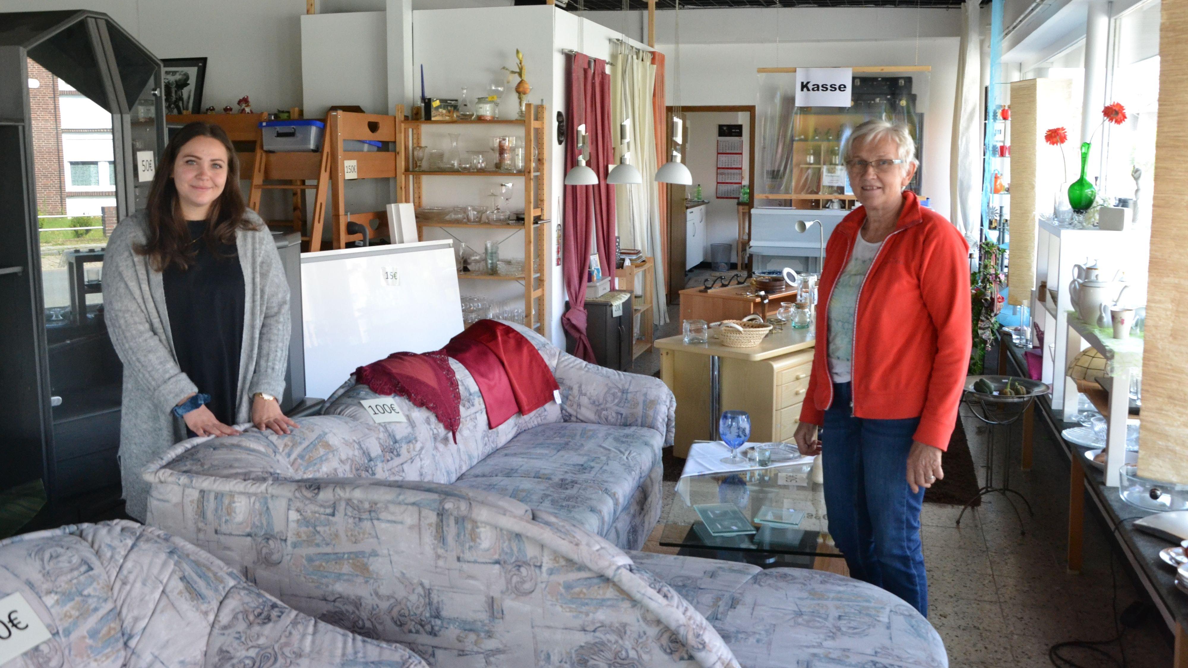 Möbel und mehr: Agnes Brümmer (rechts) und Sophie Zielke betreuen das Geschäft an der Bremer Straße. Foto: G. Meyer