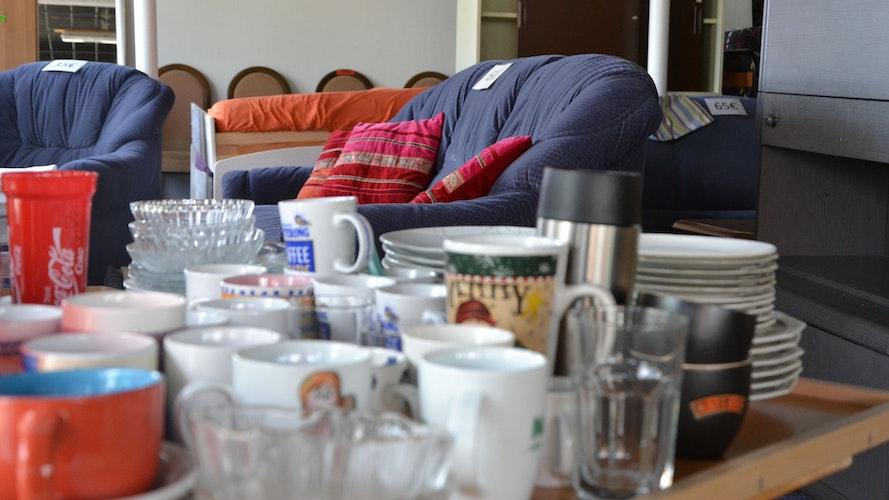 Von allem etwas: Auch Gläser, Tassen und anderes Geschirr gehören zum Sortiment. Foto: G. Meyer