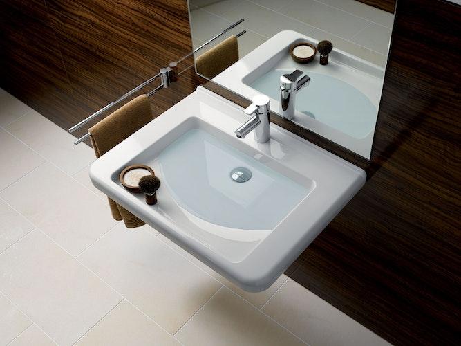 Waschtische mit großen Ablageflächen im Greifbereich lassen sich auch im Sitzen sehr gut nutzen. Foto: djdGeberit