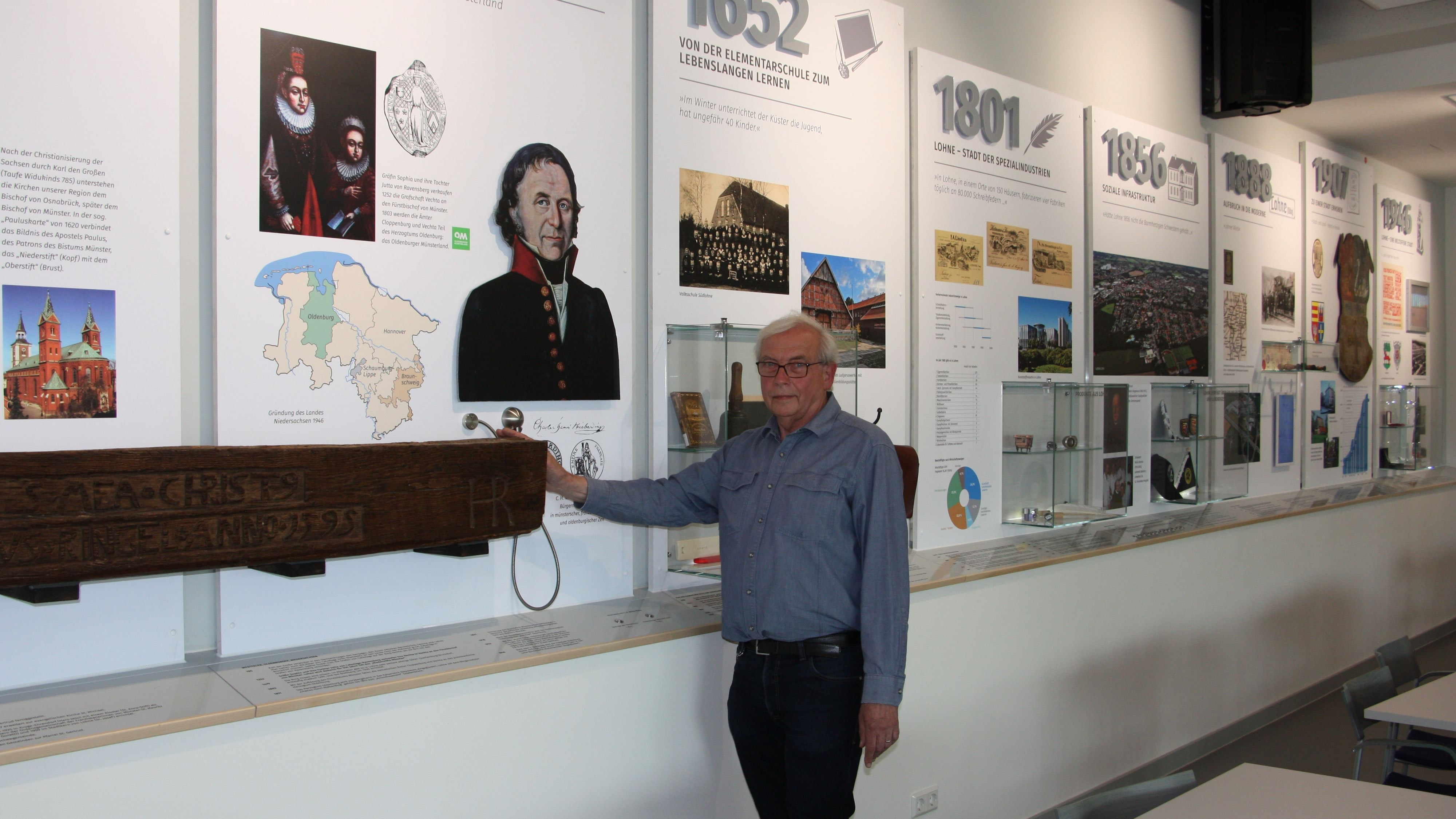 Vom Jahr 980 bis in die heutige Zeit: Der ehrenamtliche Museumsleiter und 1. Vorsitzende des Trägervereins, Benno Dräger, steht vor der Lohner Wand. Foto: Kessen