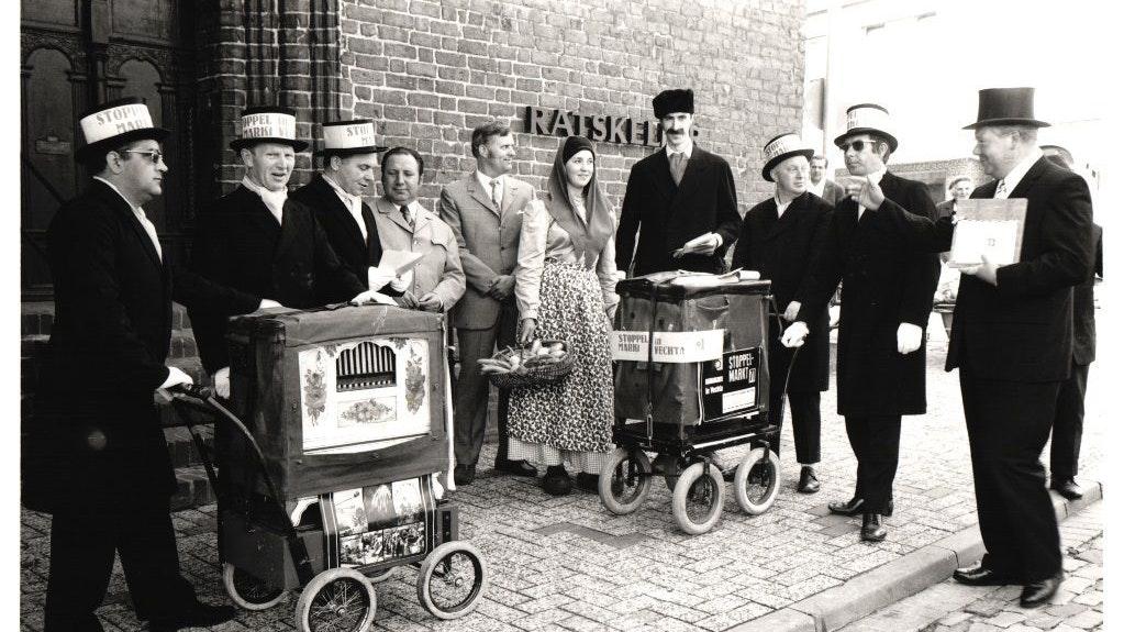 Erste Drehorgeltour 1971: Der Ausschuss um seinen Vorsitzenden Bernhard Kühling (r.) lud den Wildeshauser Bürgermeister Heinz-Hermann Weinrich (4.v.l.) zum Stoppelmarkt ein. Foto: Stadt Vechta