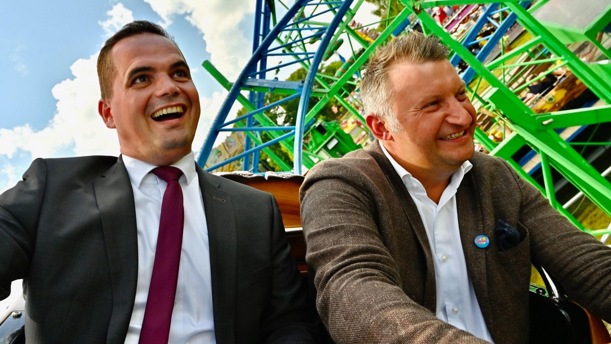 Gemeinsam in der Achterbahn: Bürgermeister Kristian Kater (links) und Schausteller-Vorsitzender Jürgen Meyer. Foto: M. Niehues