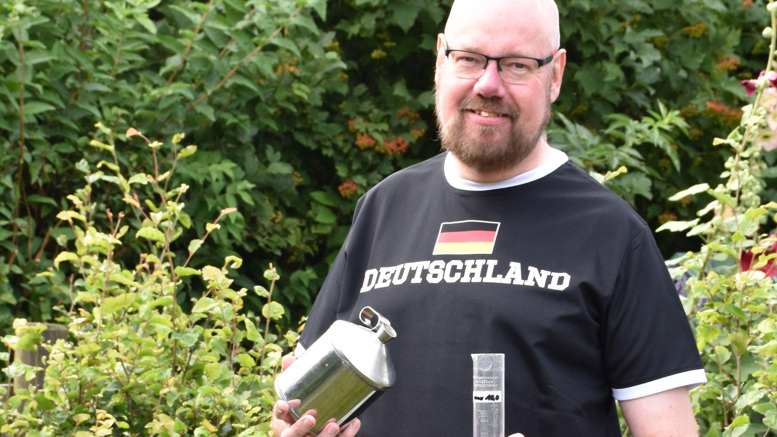 Stefan Meckelnborg misst jeden Morgen die Niederschlagsmenge und meldet sie an den Deutschen Wetterdienst. Foto: Schulte-Saß